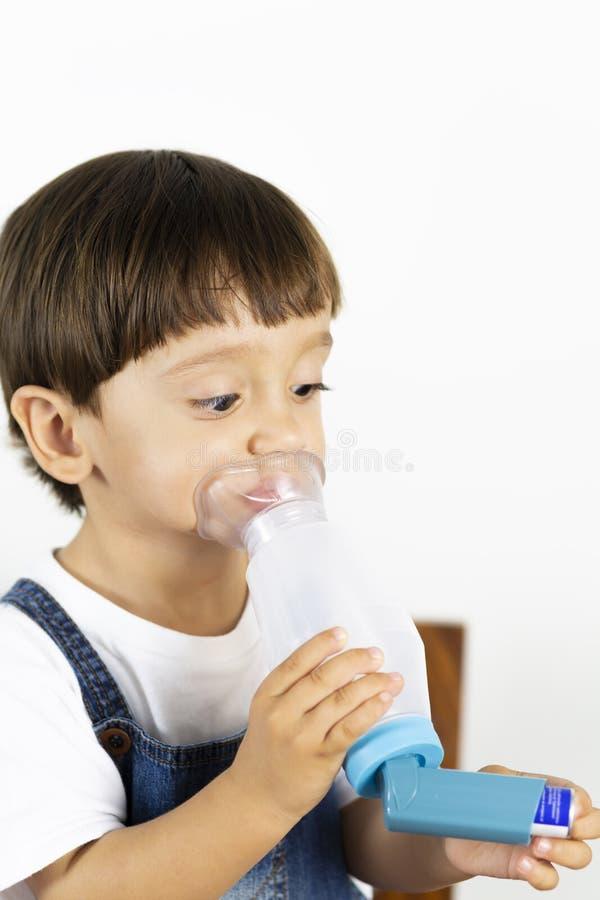 使用吸入器的年轻男孩 免版税库存图片