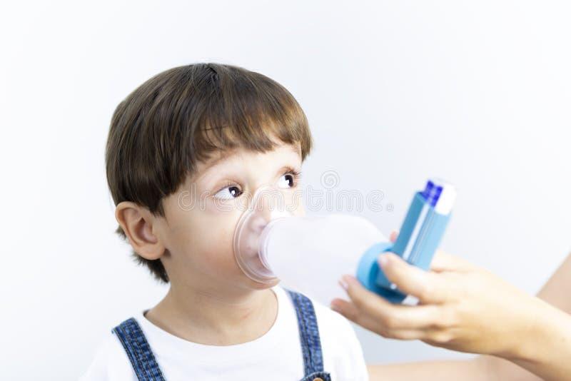 使用吸入器的年轻男孩 图库摄影