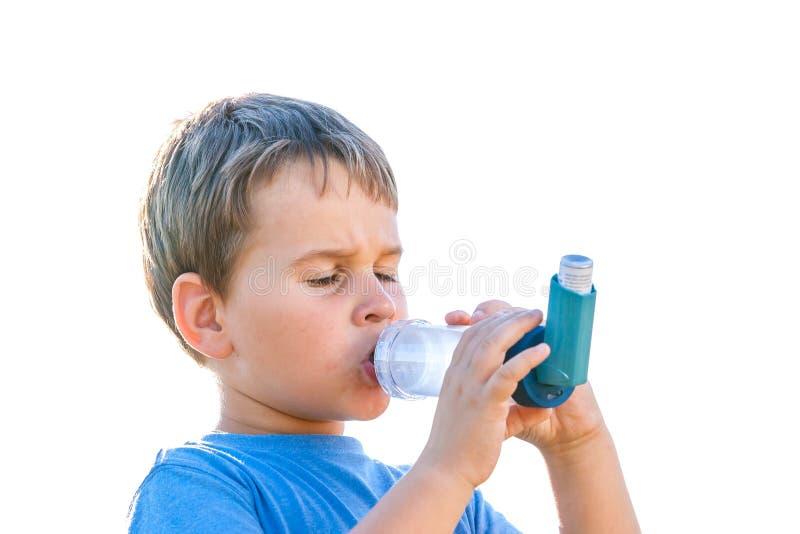 使用吸入器的男孩为哮喘本质上 库存照片
