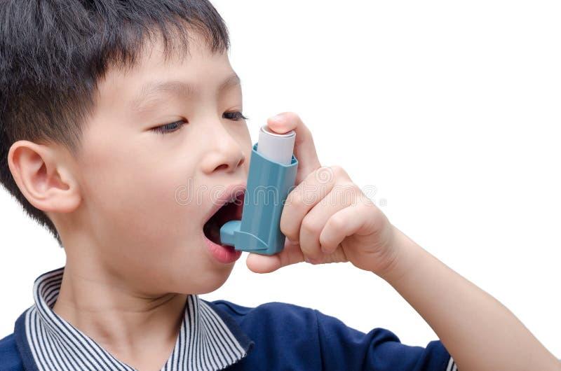 使用吸入器的男孩为哮喘 库存照片