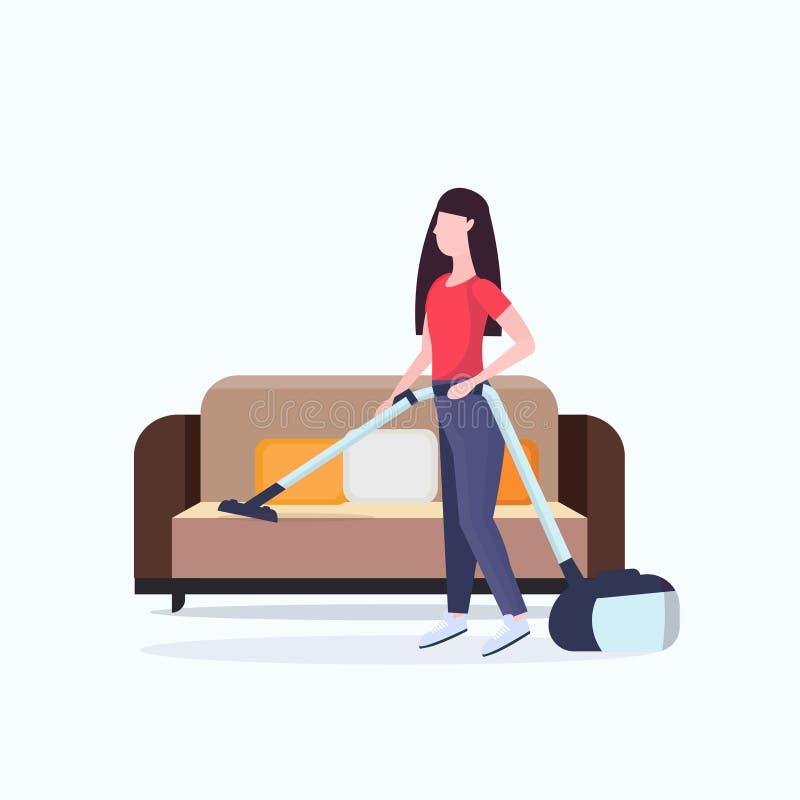 使用吸尘器女孩吸尘的长沙发的主妇做家事家务清洁全长服务的概念 库存例证