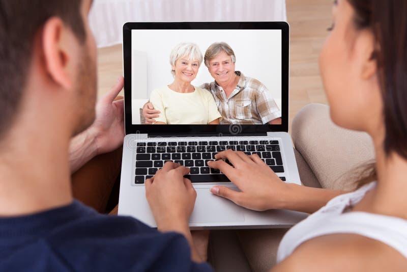 使用告诉父母的年轻夫妇 库存照片