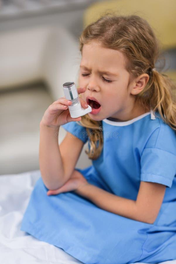使用哮喘吸入器的不适的孩子 库存照片