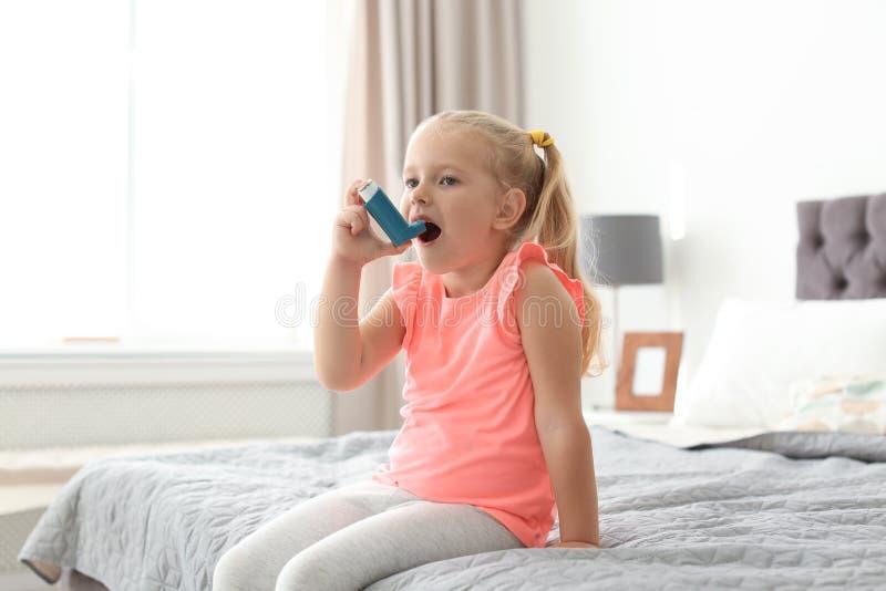 使用哮喘吸入器的小女孩 免版税库存照片