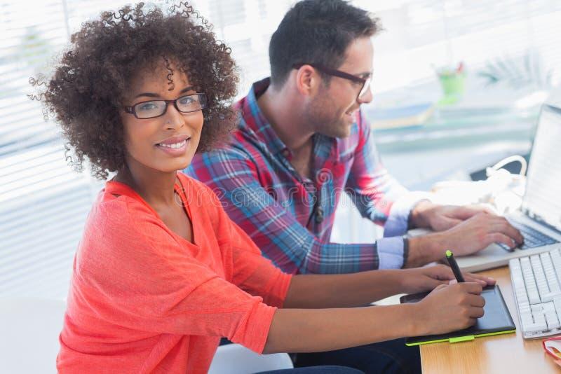 使用图形输入板的图表设计师在她的办公室 免版税库存照片