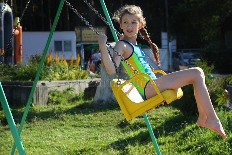 使用在一个开阔地带的孩子 多彩多姿的摇摆的活跃孩子 库存图片