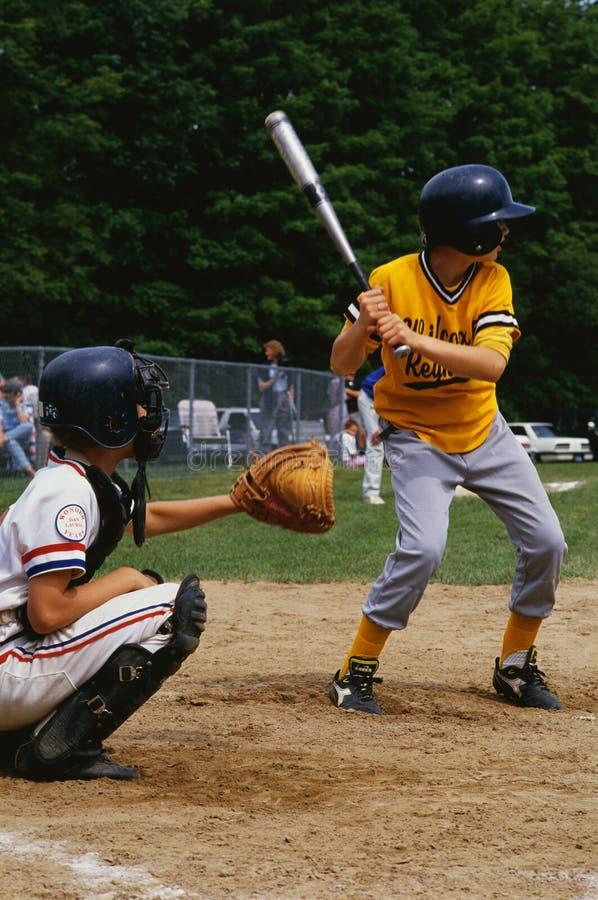 使用在一场小职业棒球联盟棒球比赛的孩子 免版税库存图片