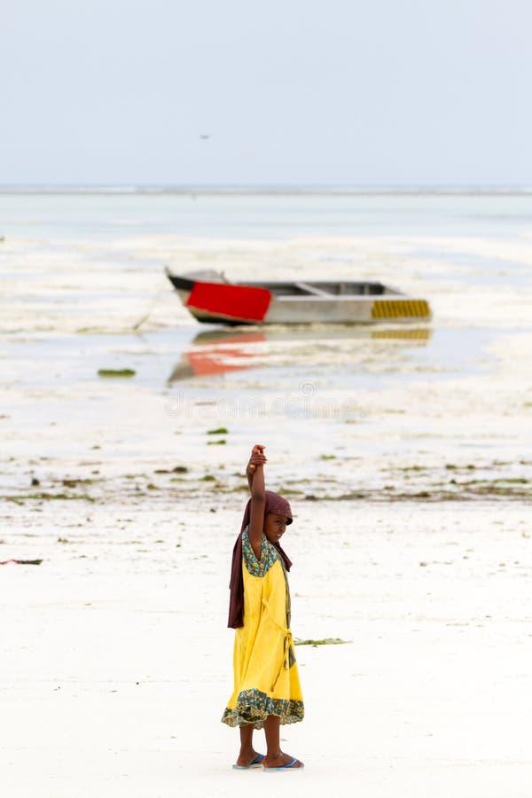 使用在与上面寄生虫的海滩的未知的女孩 免版税库存照片