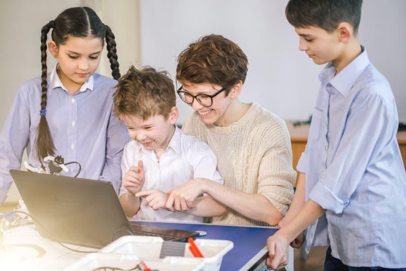 使用在业余类的膝上型计算机愉快的孩子学会编程 库存图片