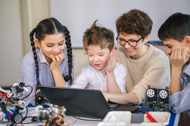 使用在业余类的膝上型计算机愉快的孩子学会编程 免版税库存照片