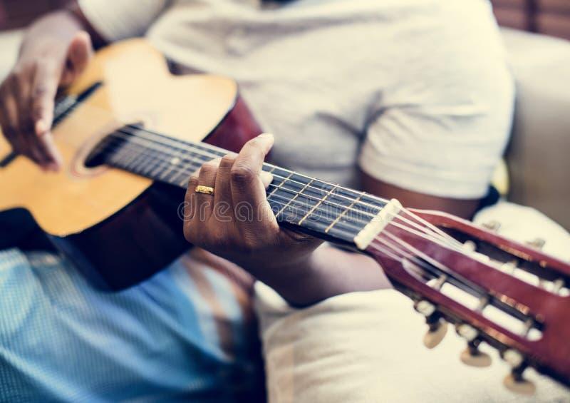 使用在他的吉他的人 库存图片