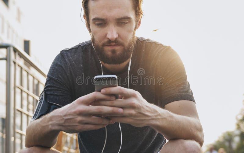 使用在他的电话的一个人 免版税库存图片