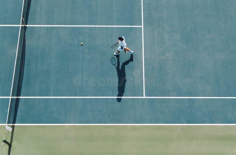 使用在俱乐部法院的职业网球球员 免版税图库摄影