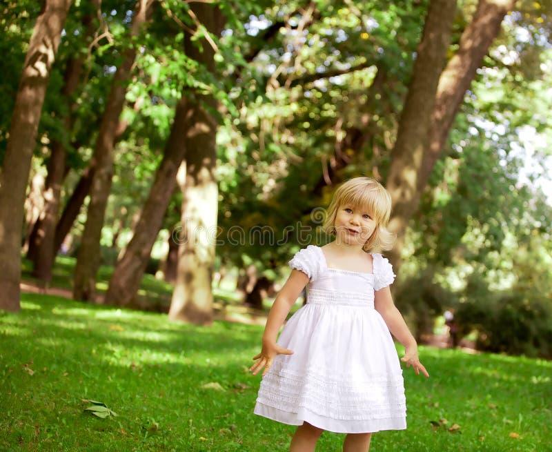 使用在公园的小女孩 免版税库存图片