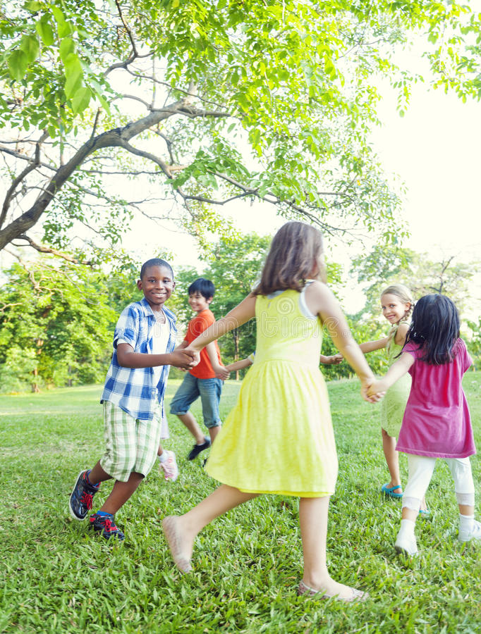 使用在公园的小组快乐的孩子 图库摄影