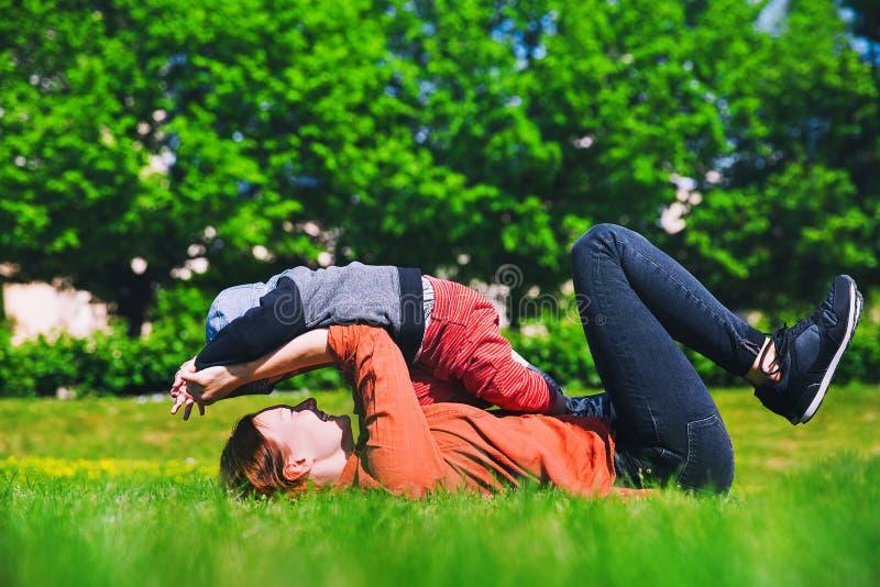 使用在公园的母亲和儿子在春天 免版税库存图片