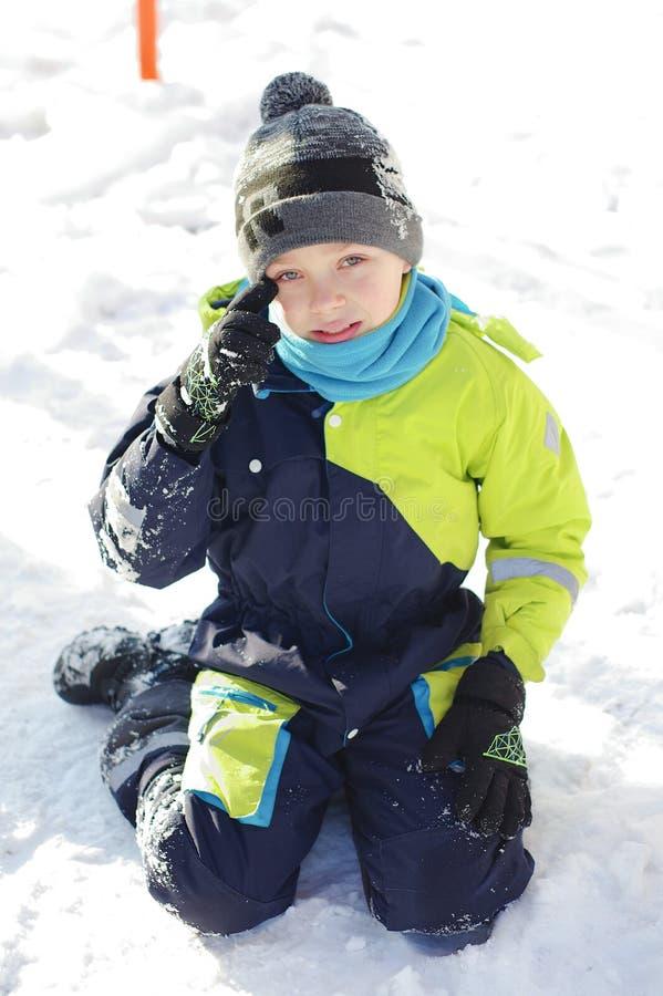 使用在冬天步行的愉快的男孩本质上 孩子跳和获得乐趣在冬天公园 库存照片