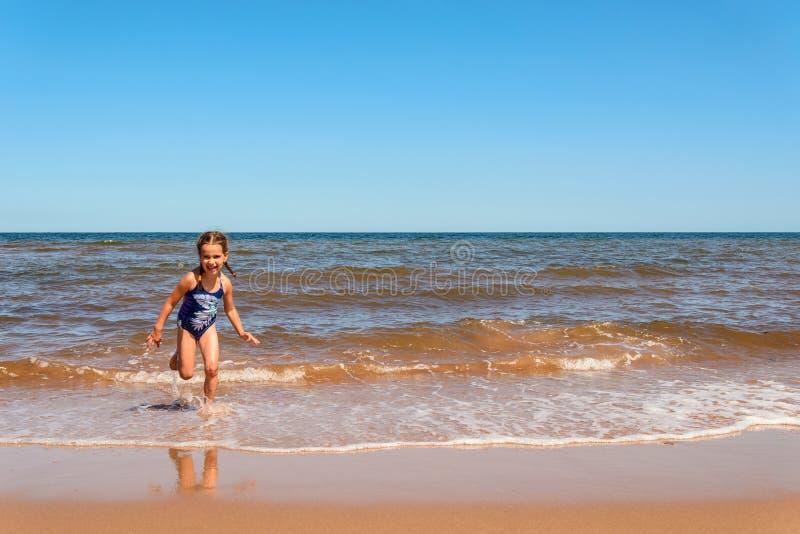 使用在卡文迪许海滩的小女孩 免版税库存照片