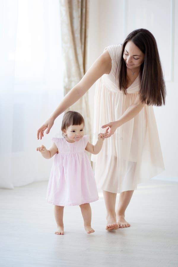 使用在卧室的母亲和小女儿 库存照片