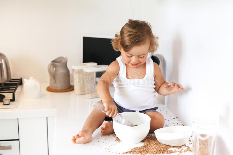 使用在厨房的小孩 库存照片