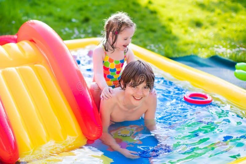 使用在可膨胀的水池的孩子 免版税库存照片