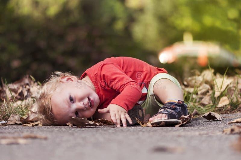 使用在叶子的孩子 图库摄影