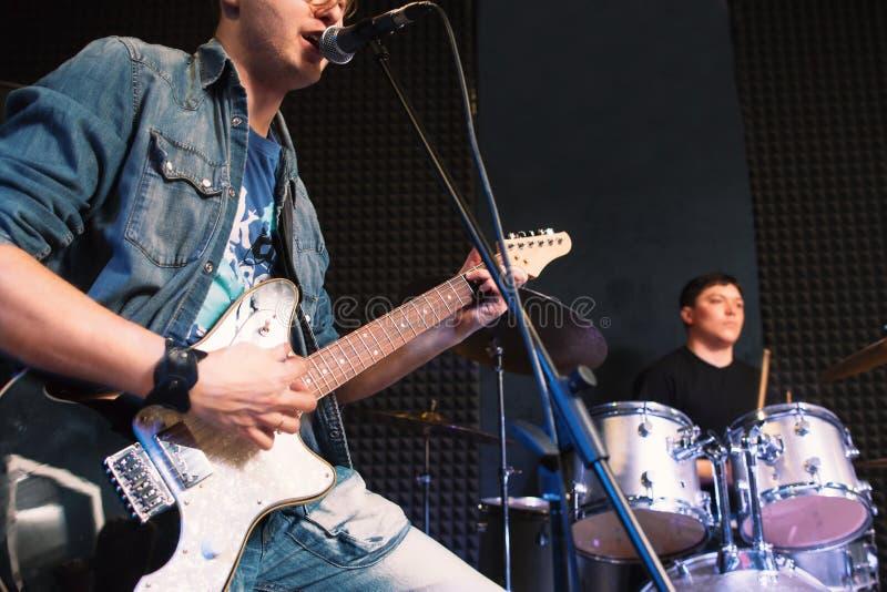 使用在吉他歌唱者和鼓手 库存照片