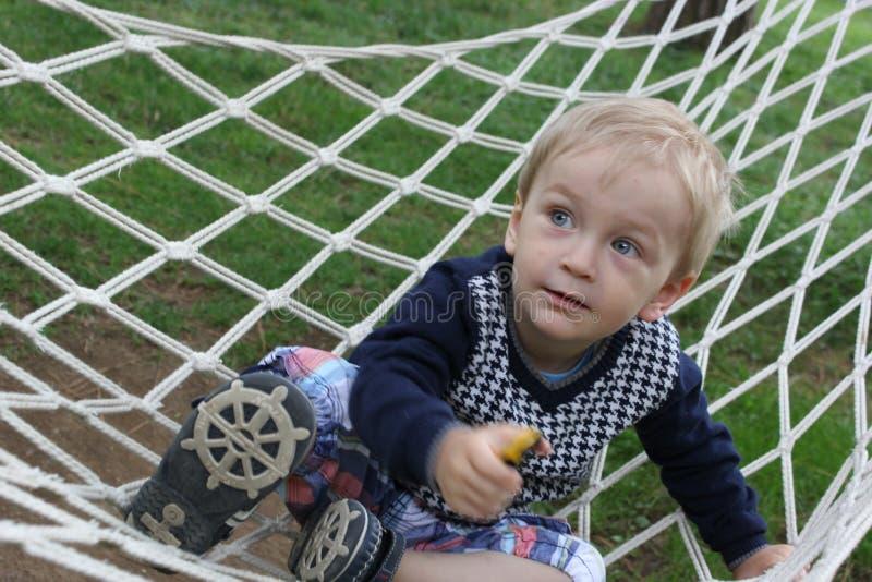 使用在吊床的小男孩 免版税库存照片