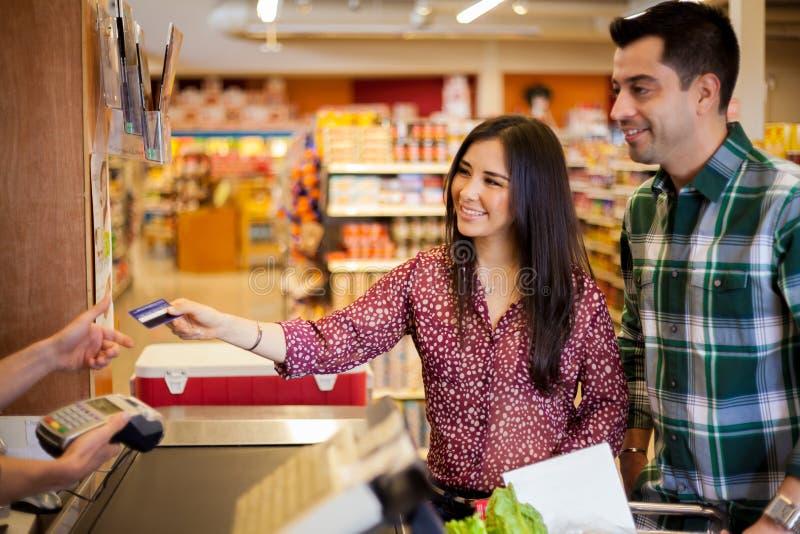 使用在商店的一张信用卡 库存照片
