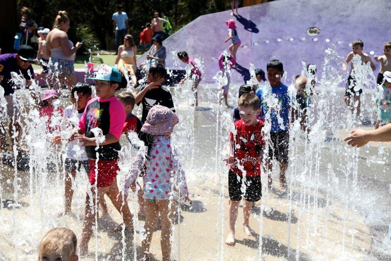 使用在喷泉的孩子在一热的天 图库摄影