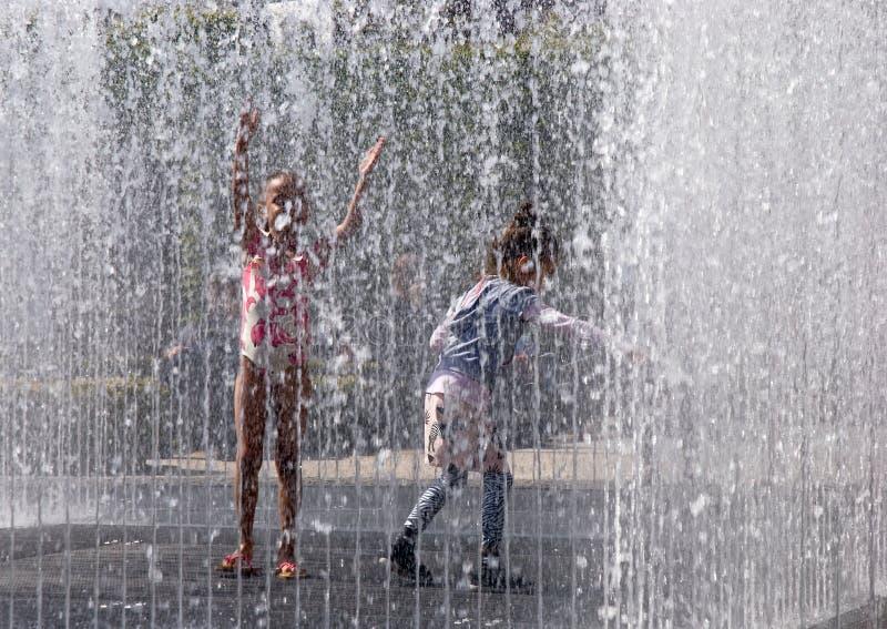 使用在喷泉的孩子 库存照片