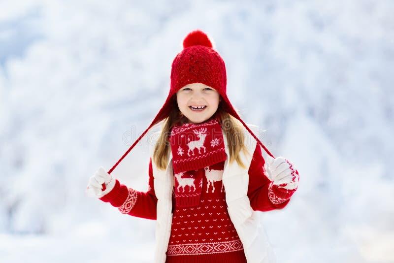 使用在圣诞节的雪的孩子 孩子在冬天 免版税库存照片