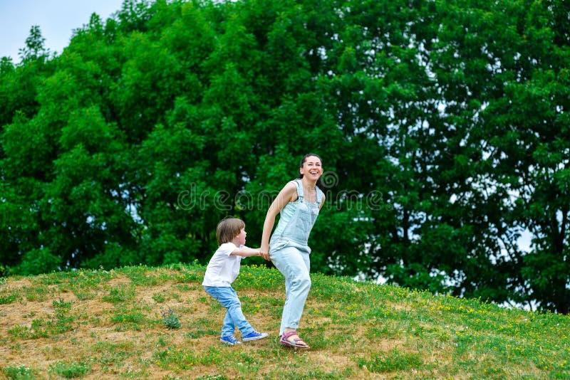 使用在夏天的母亲和愉快的儿子停放 库存图片