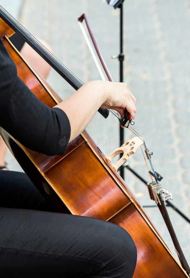 使用在大提琴的街道音乐家 库存照片