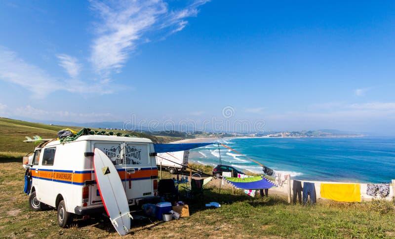 使用在大西洋海岸的野营的公共汽车在西班牙冲浪 免版税库存照片