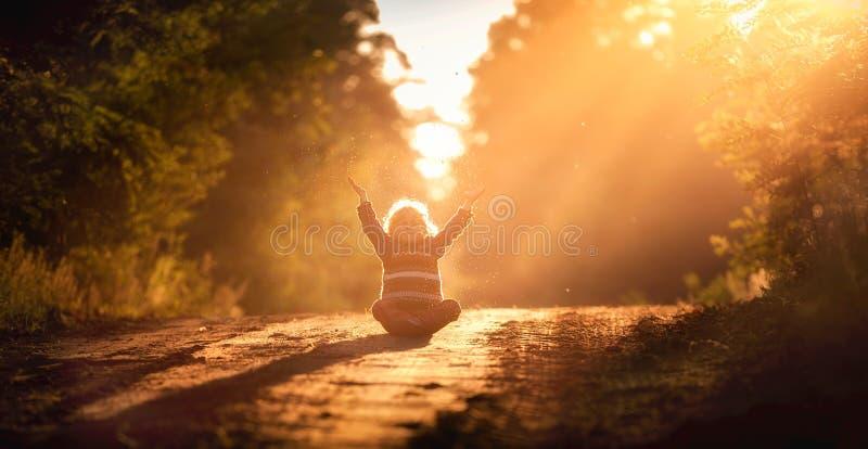 使用在室外的小男孩在秋季光 免版税库存照片