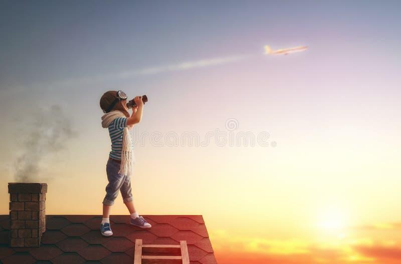 使用在屋顶的孩子 免版税库存图片