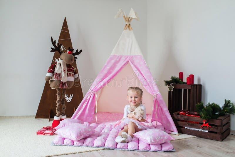 使用在帐篷的小女孩 免版税库存照片