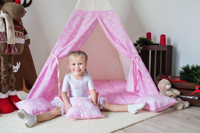 使用在帐篷的小女孩 库存照片