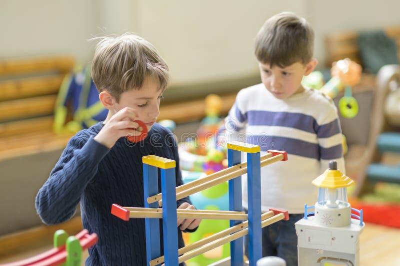 使用在幼儿园的逗人喜爱的小男孩 库存图片