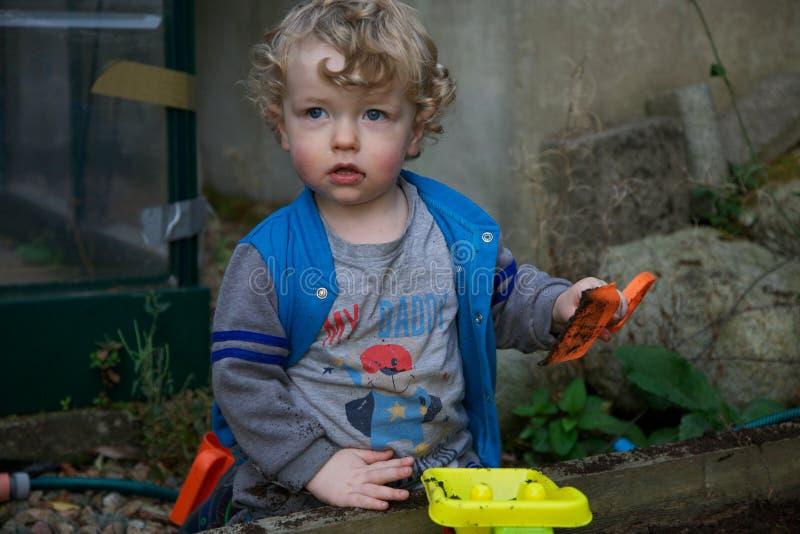 使用在庭院里的年轻男孩 免版税库存照片