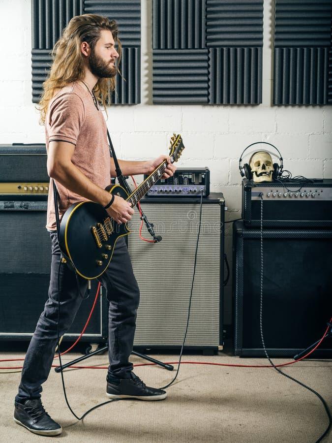 使用在录音室的吉他弹奏者 免版税库存图片