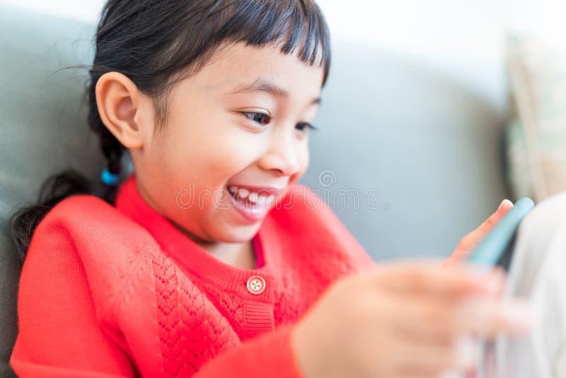 使用在手机的小孩 免版税库存图片