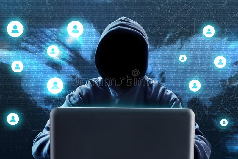 使用在技术背景的匿名黑客膝上型计算机 免版税库存照片