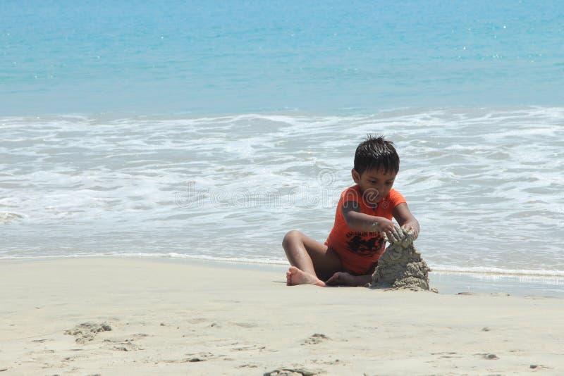 使用在拉达克里希纳海滩的孩子 免版税库存图片