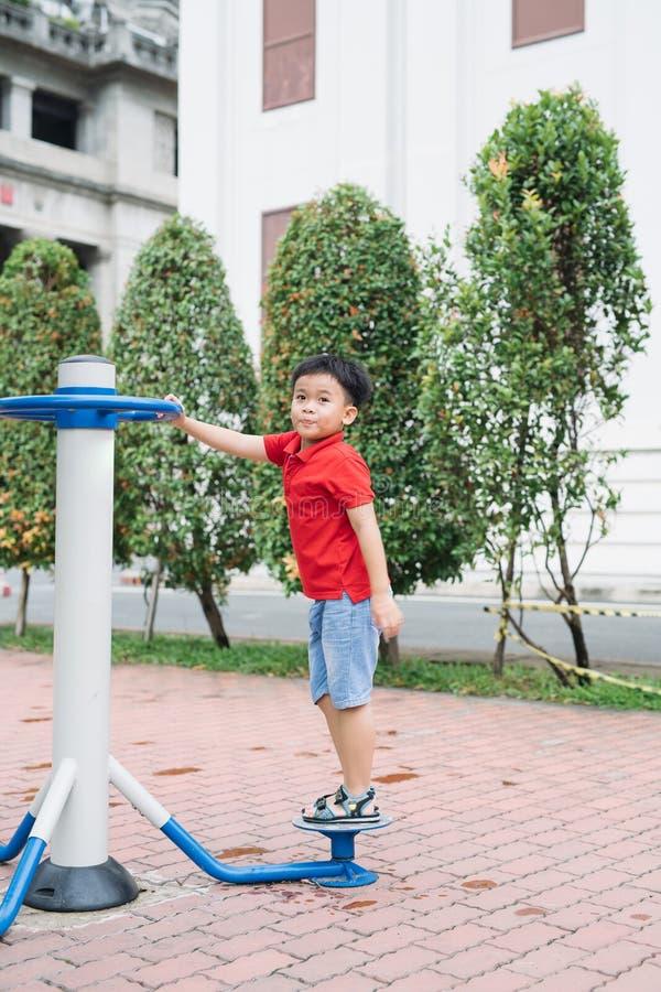 使用在操场的孩子在夏天室外公园 图库摄影