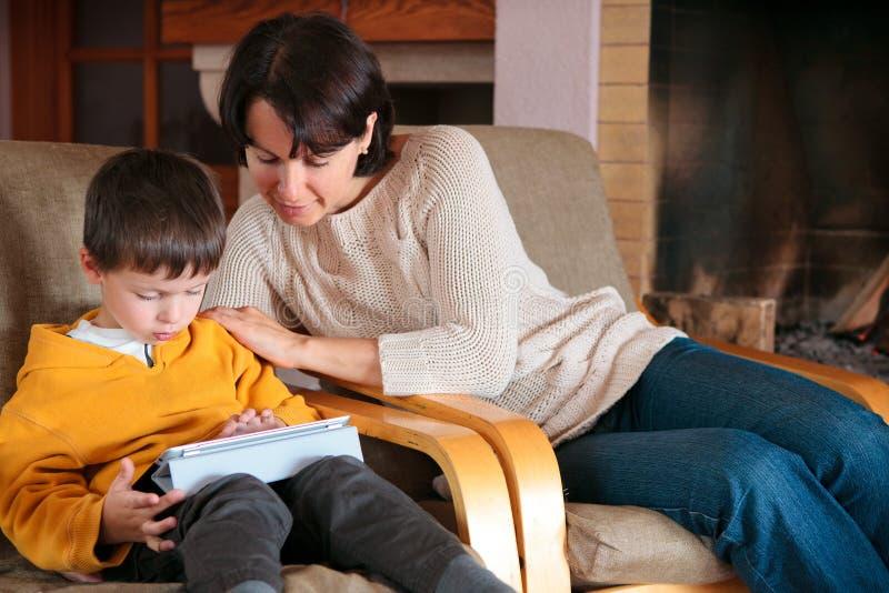 使用在数字式片剂个人计算机的母亲和儿子 免版税库存照片
