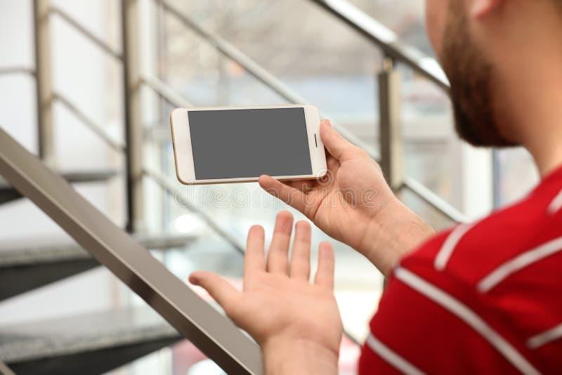 使用在智能手机的年轻人视频聊天户内 E 免版税图库摄影
