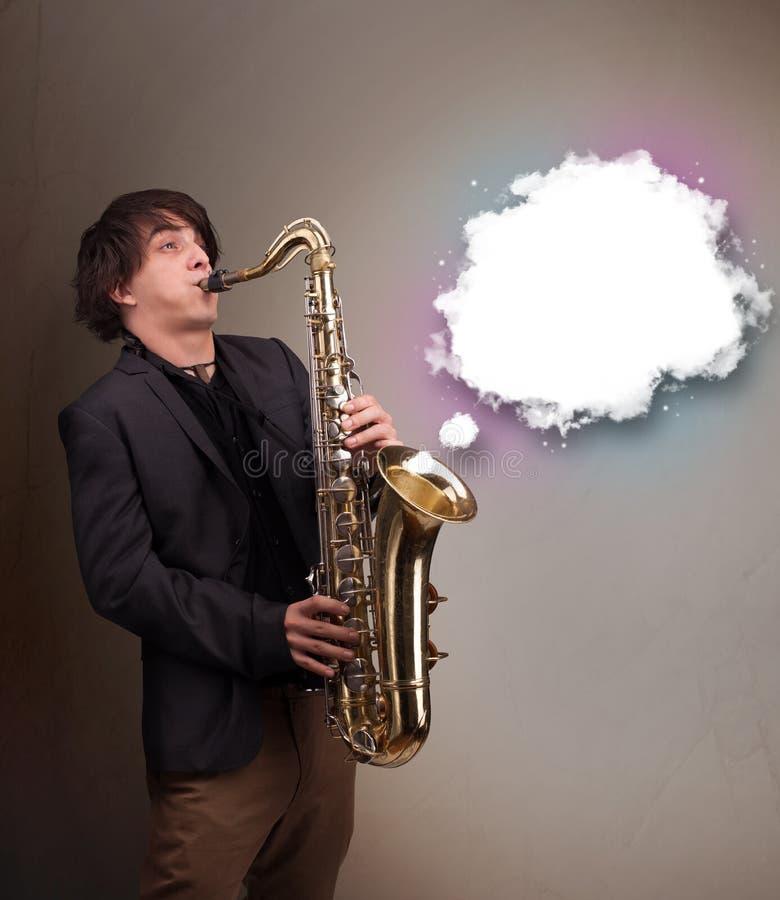 使用在有拷贝空间的萨克斯管的年轻人在白色云彩 库存照片