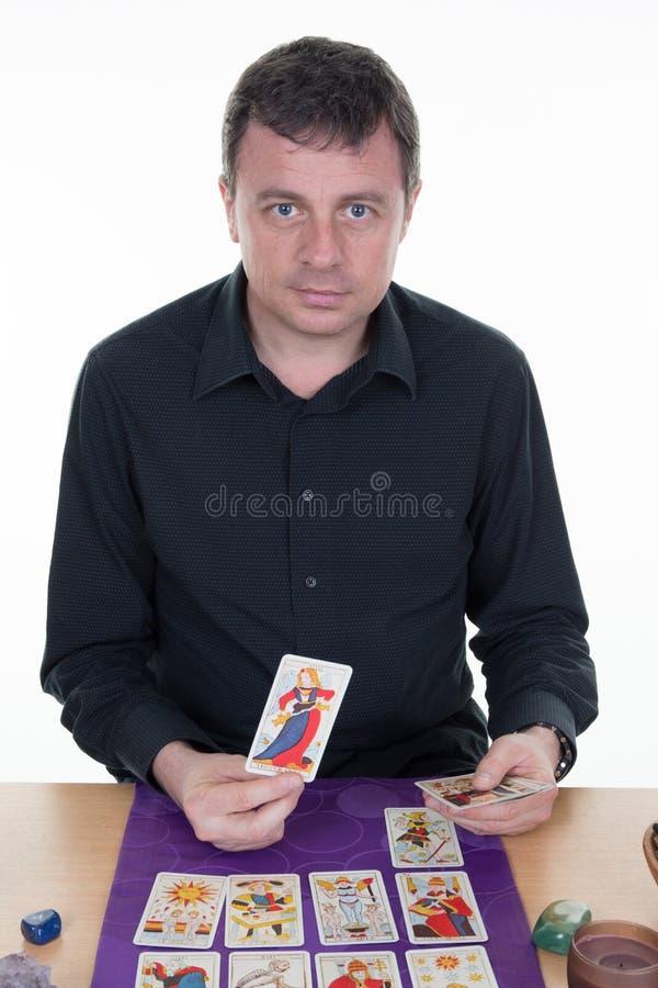 使用在木桌上的公算命者占卜用的纸牌 免版税库存图片